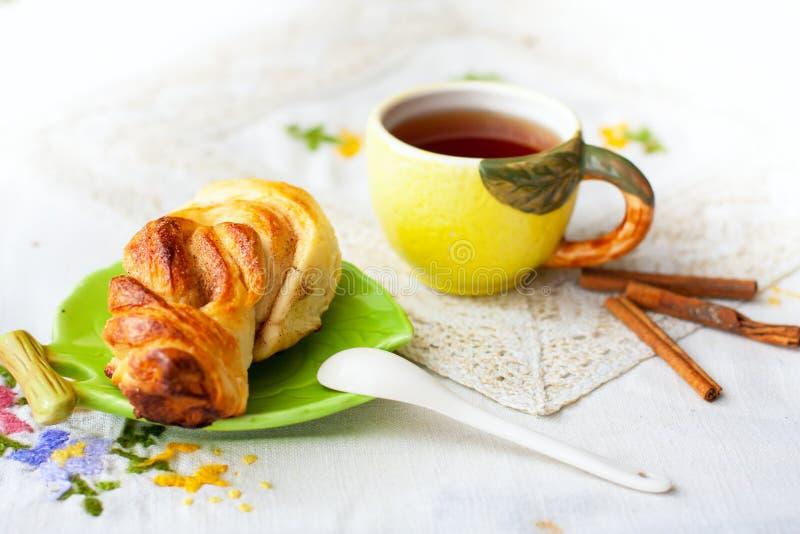 Bullar och kopp te på magasinet arkivfoto