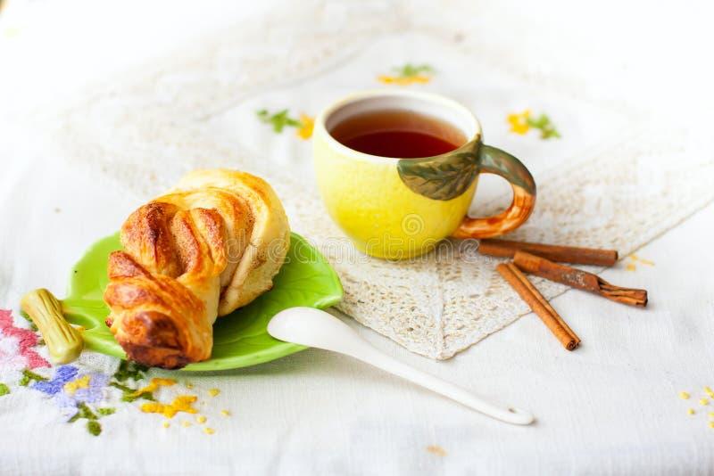Bullar och kopp te på magasinet royaltyfria bilder