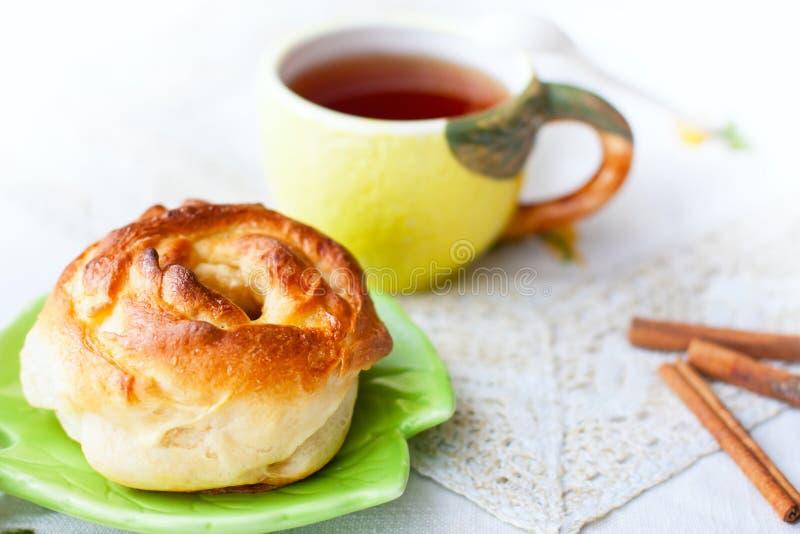 Bullar och kopp te på magasinet royaltyfri foto
