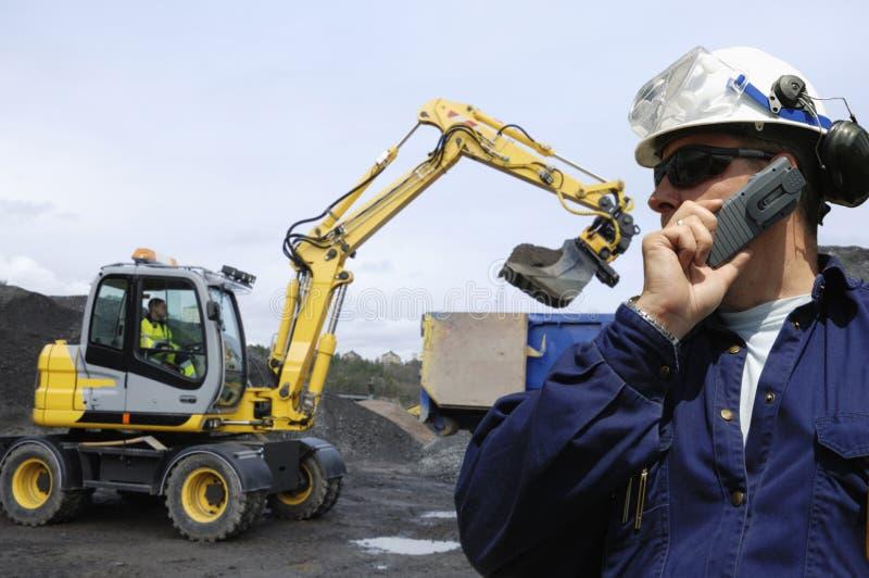 Bulldozer, assistente tecnico e driver fotografia stock