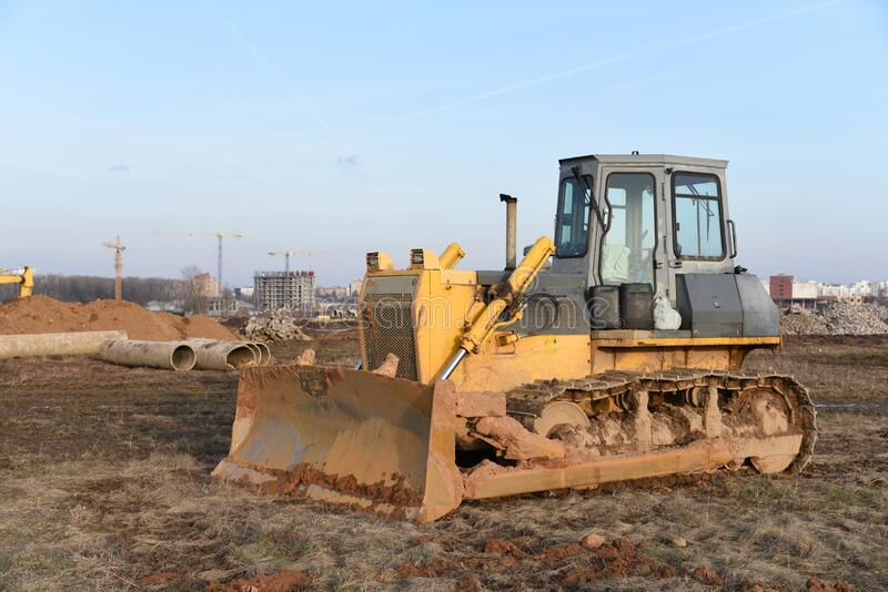 Bulldozer auf Baustelle Schwere Ausrüstung für Graben, Abriss-, Bau- und Bodenarbeiten stockbild