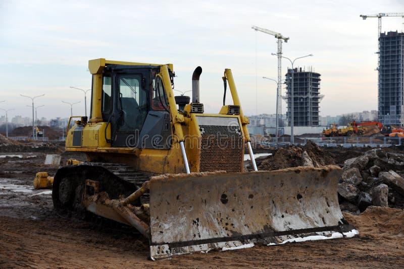 Bulldozer auf Baustelle Schwere Ausrüstung für Graben, Abriss-, Bau- und Bodenarbeiten lizenzfreies stockbild