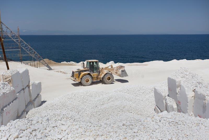 Bulldozer bij marmeren steengroeve op eiland royalty-vrije stock afbeelding