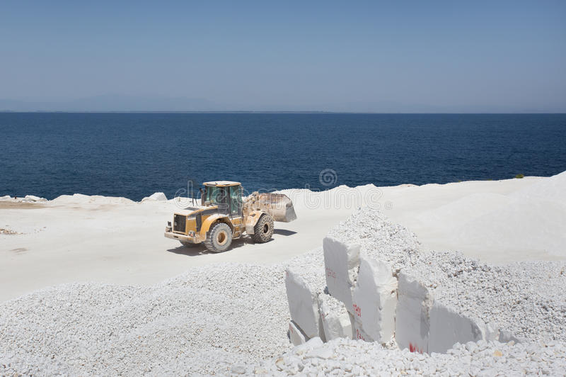 Bulldozer bij marmeren steengroeve op eiland royalty-vrije stock fotografie