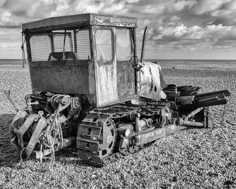 Bulldozer che fissa fuori al mare, Aldeburgh, Suffolk, Inghilterra fotografia stock