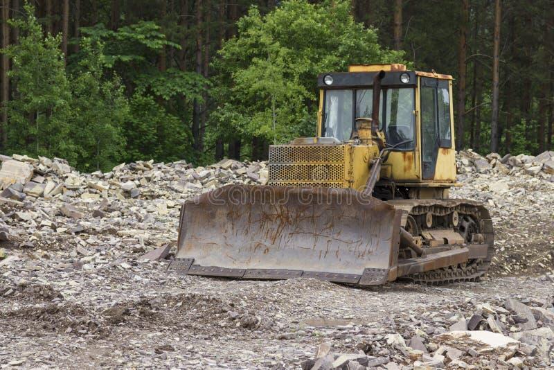 Bulldozer che sta nella foresta per disboscamento immagine stock libera da diritti