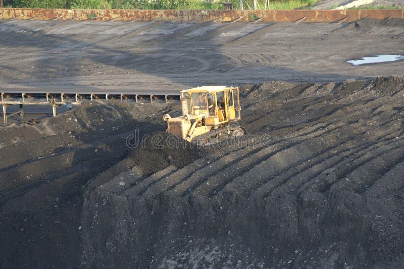 Bulldozer dichtbij kolenmijn stock fotografie