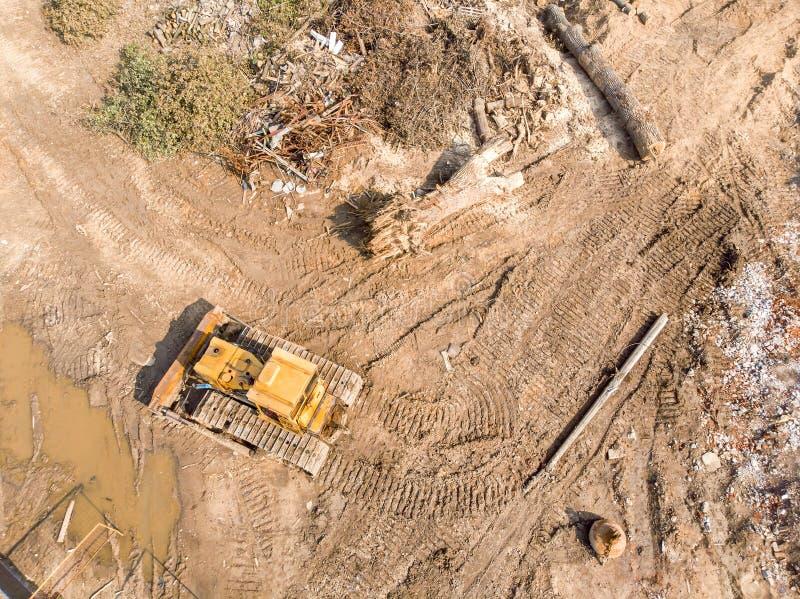 Bulldozer die bij de oude plaats van de de bouwvernieling werken royalty-vrije stock fotografie