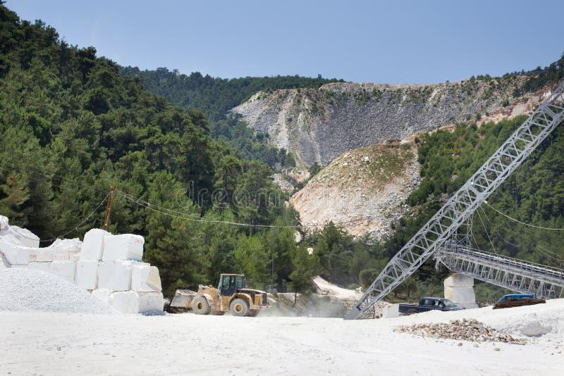 Bulldozer die bij marmeren steengroeve werken stock afbeelding