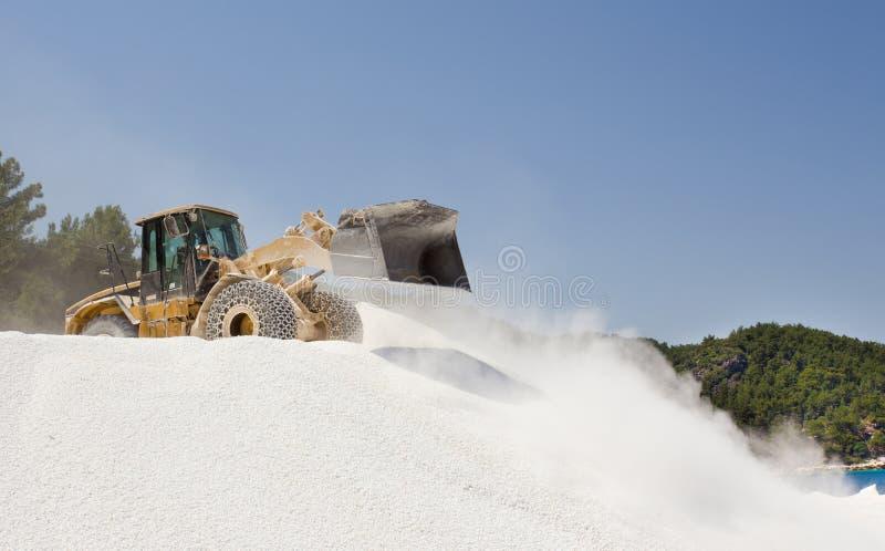 Bulldozer die bij marmeren steengroeve werken royalty-vrije stock fotografie