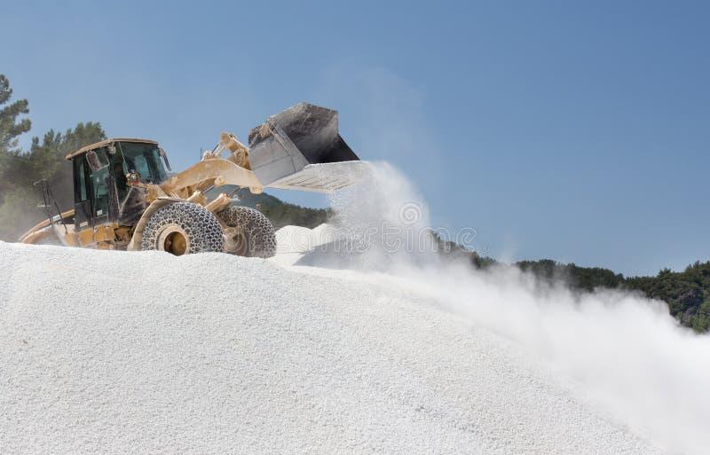 Bulldozer die bij marmeren steengroeve werken stock foto