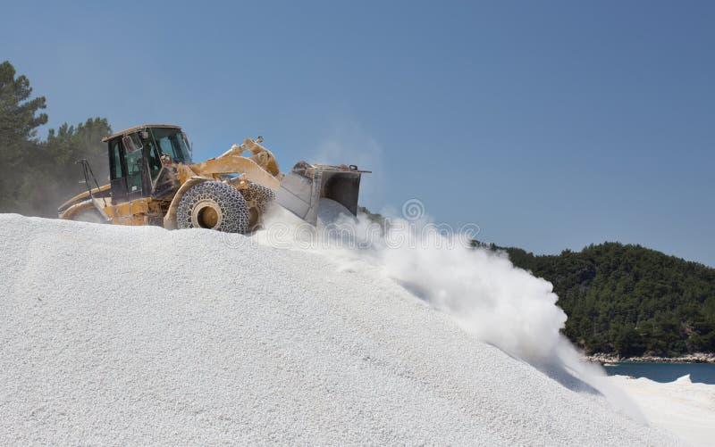 Bulldozer die bij marmeren steengroeve werken stock foto's