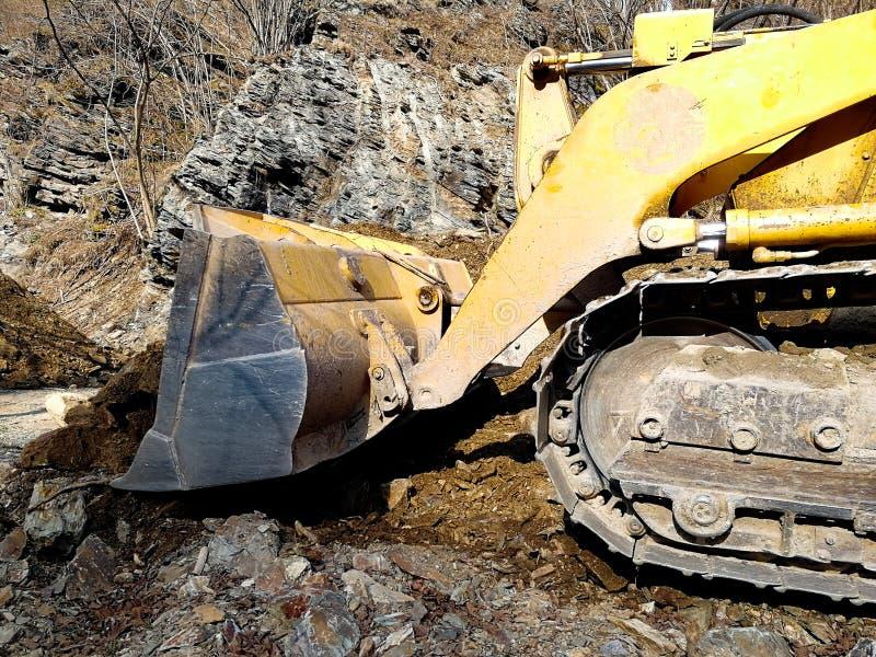 Bulldozer die de weg naast de rivier schoonmaken royalty-vrije stock foto