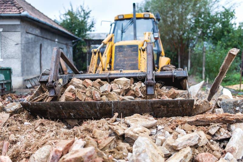 Bulldozer die een oud gebouw vernietigen royalty-vrije stock foto