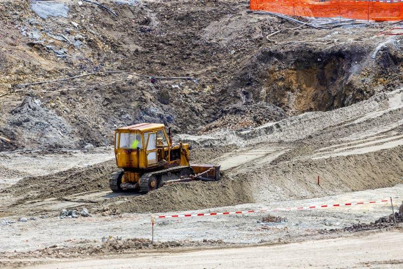 Bulldozer-Dozer, der an einer Fundamentbaustelle arbeitet lizenzfreie stockfotos