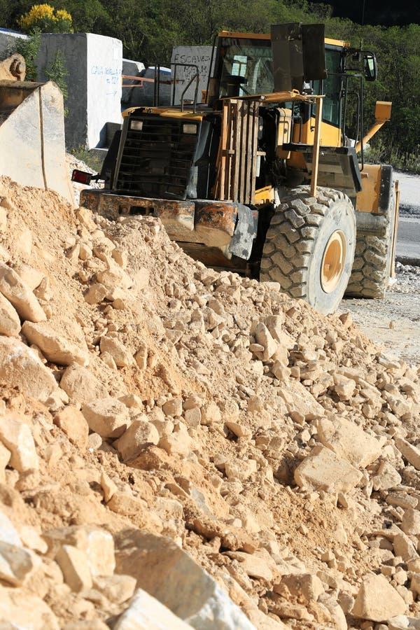 Bulldozer in een marmeren steengroeve van Carrara Groot mechanisch KOMATSU royalty-vrije stock fotografie