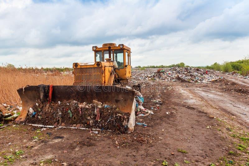 Bulldozer i en förrådsplats royaltyfri fotografi