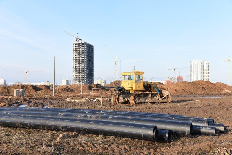 Bulldozer im Bau Dozer legt den Boden für den Grundgrund und für die Abwasserrohrleitungen ab stockfoto