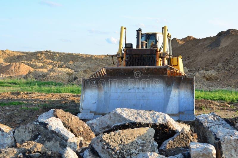 Bulldozer mit Eimer für die Ausgrabung von Schwimmbecken und für den Ausbau von Versorgungseinrichtungen Dozer bei Abbruchbeton u stockfotografie