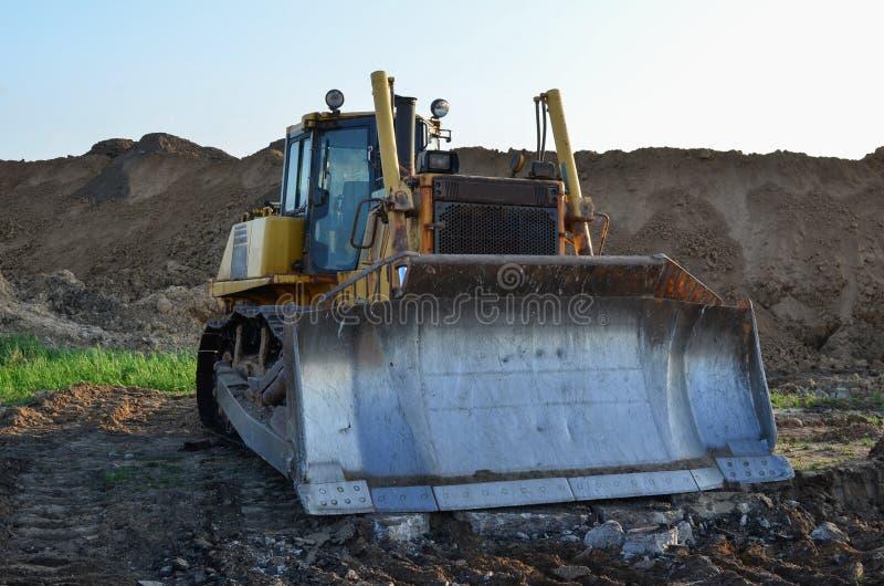 Bulldozer mit Eimer für die Ausgrabung von Schwimmbecken und für den Ausbau von Versorgungseinrichtungen Dozer bei Abbruchbeton u lizenzfreie stockbilder