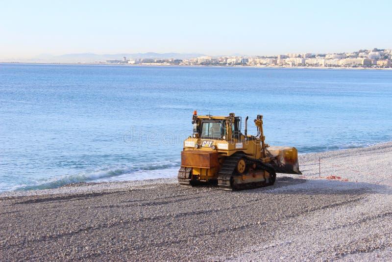 Bulldozer op het Strand van Nice stock fotografie