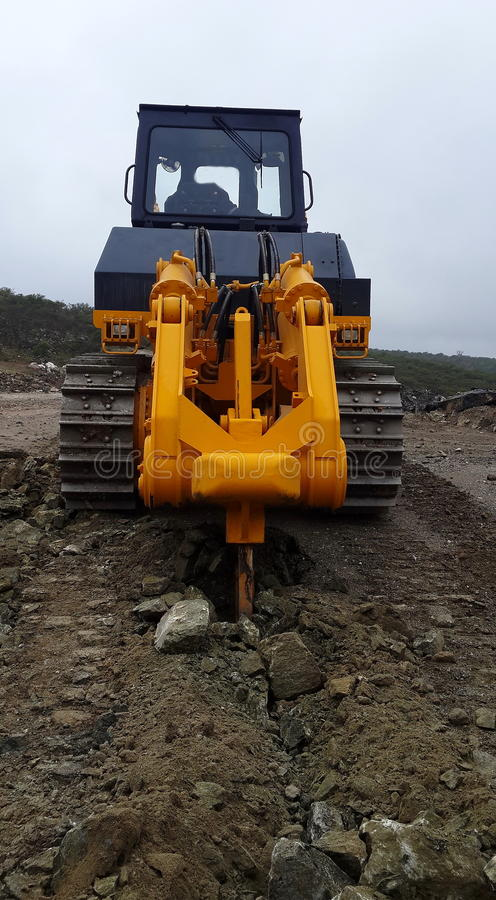 Free Bulldozer Ripping Rocks At Quarry Stock Photography - 40503312