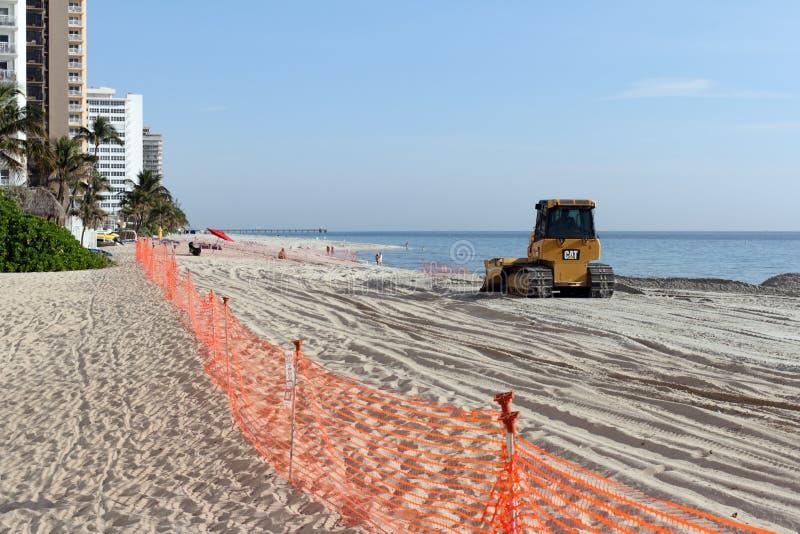 Bulldozer som fördelar ny strandsand royaltyfria bilder