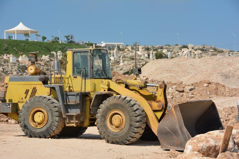 Bulldozer su ruote pale di grandi pietre immagini stock libere da diritti
