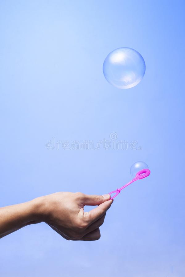 Bulle de savon dans la boule bleue de couleur de sphère de fond, rond, cercle photos stock