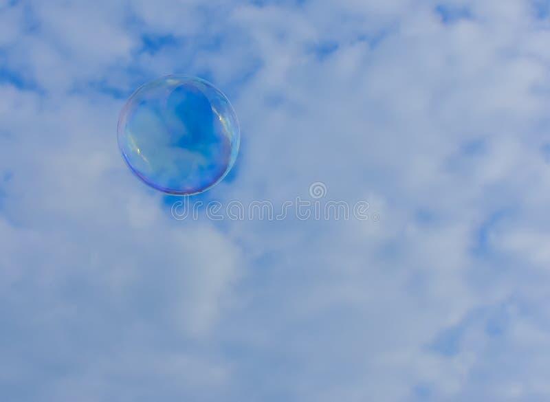 Bulle de savon dans le ciel photo stock