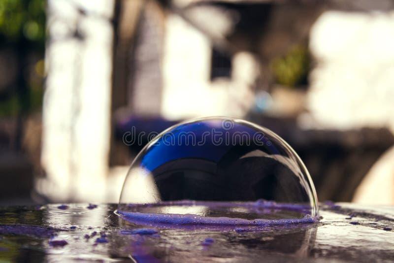 Bulle de savon lumineuse sur la table en pierre image stock