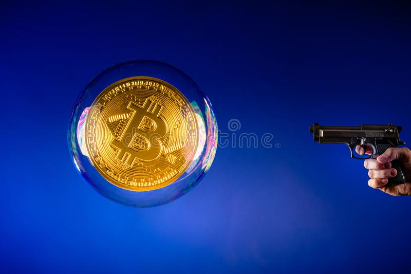 Bulle et pistolet de Bitcoin photographie stock libre de droits