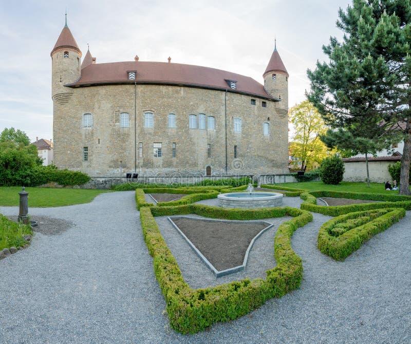Bulle, Fr/Zwitserland - 1 Juni 2019: de tuinen en het historische stadhuis administratieve gebouw in het Zwitserse dorp van royalty-vrije stock foto's