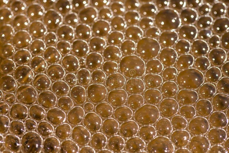 Bulles abstraites de l'eau sur la fin de couleur orange sale de l'eau vers le haut du macro tir image stock