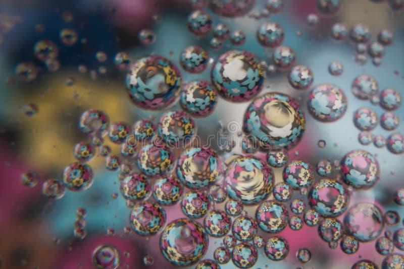 Bulles de l'eau avec les fleurs colorées à l'intérieur image libre de droits