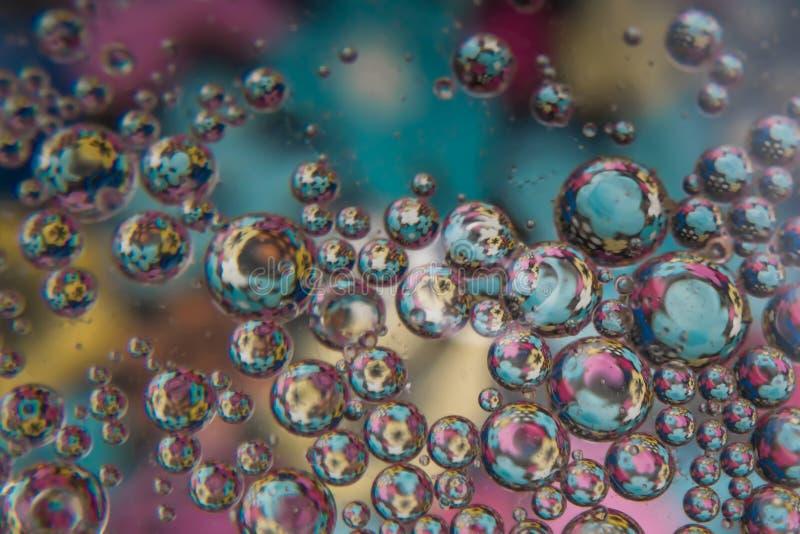 Bulles de l'eau avec les fleurs colorées images stock