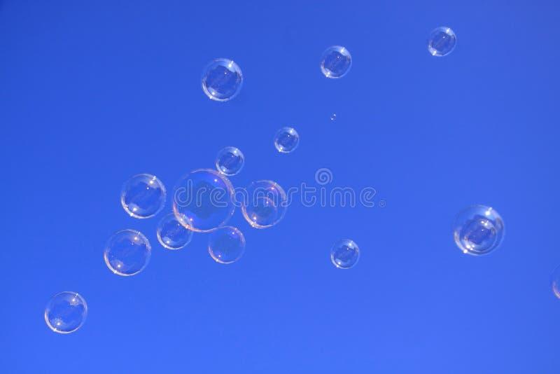 Bulles de savon dans le ciel bleu photographie stock libre de droits