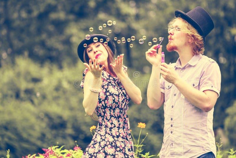 Bulles de soufflement de couples extérieures photos stock