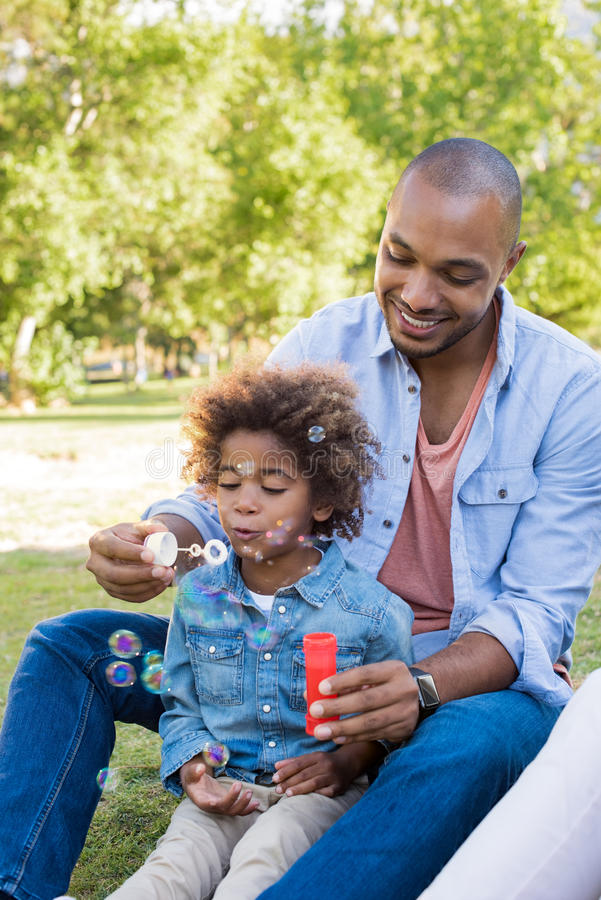 Bulles de soufflement de père et de fils image stock