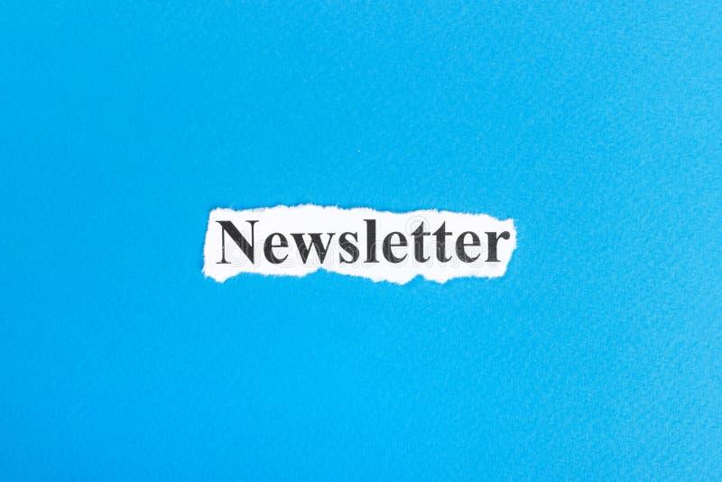 bulletintekst op papier Word bulletin op gescheurd document Het beeld van het concept royalty-vrije stock fotografie
