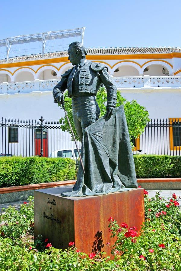 bullfighterbullring utanför den seville spain statyn arkivbild