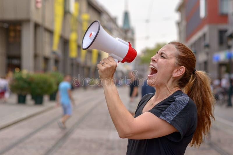 bullhorn να φωνάξει γυναικών στοκ φωτογραφίες με δικαίωμα ελεύθερης χρήσης