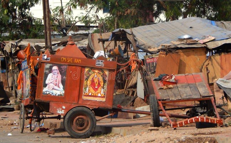 Bullock fury dekorowali z Hinduskimi bóg i idolami brać wokoło społeczności szuka datki fotografia royalty free