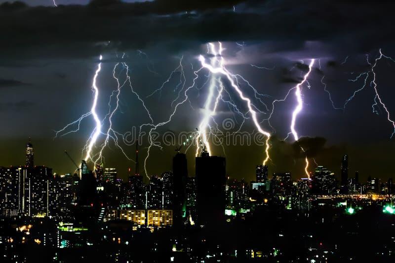 Bullone di illuminazione di temporale sullo scape orizzontale della città e del cielo immagini stock libere da diritti