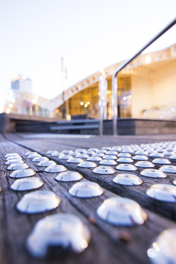 Bulloni d'argento sulla via fotografie stock