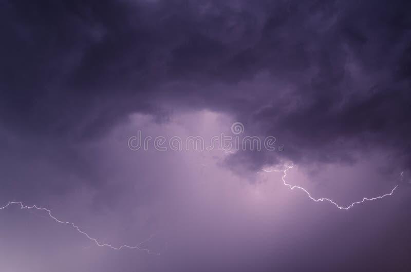 Bulloni di fulmine contro lo sfondo di un cielo brillantemente illuminato fotografia stock