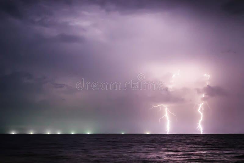 Download Bulloni Di Fulmine Gemellati Sul Mare Immagine Stock - Immagine di pioggia, carica: 56891247
