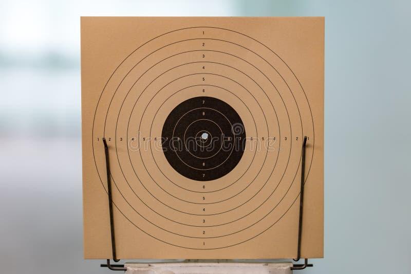 Bullseye, alvo feito do papel, com furo no centro fotos de stock royalty free