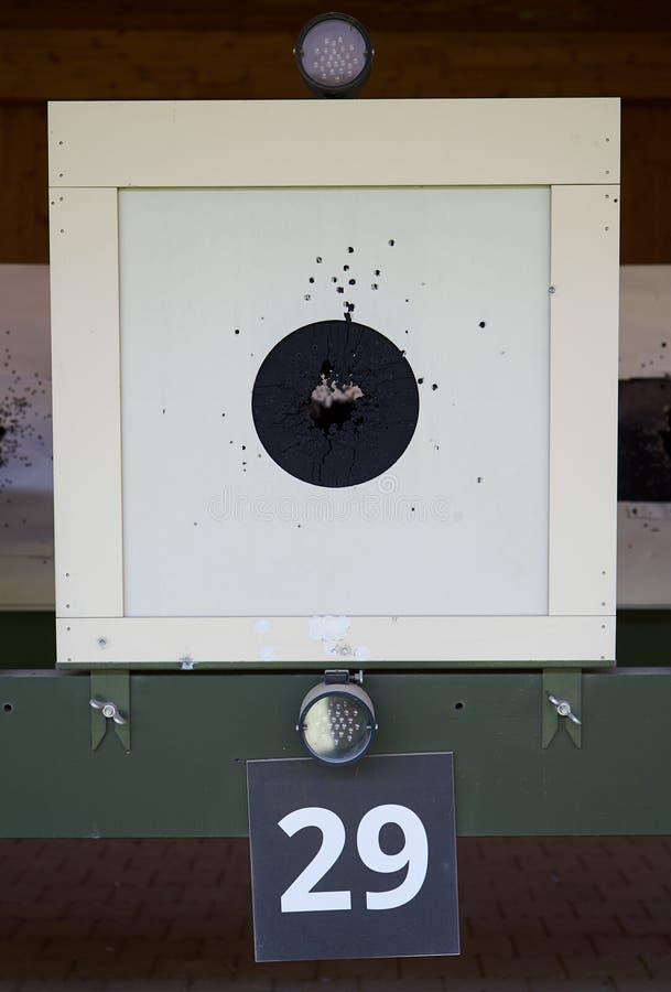 Bullseyedoel met kogelgaten in centrum, close-up Kanon die waaier schieten stock foto