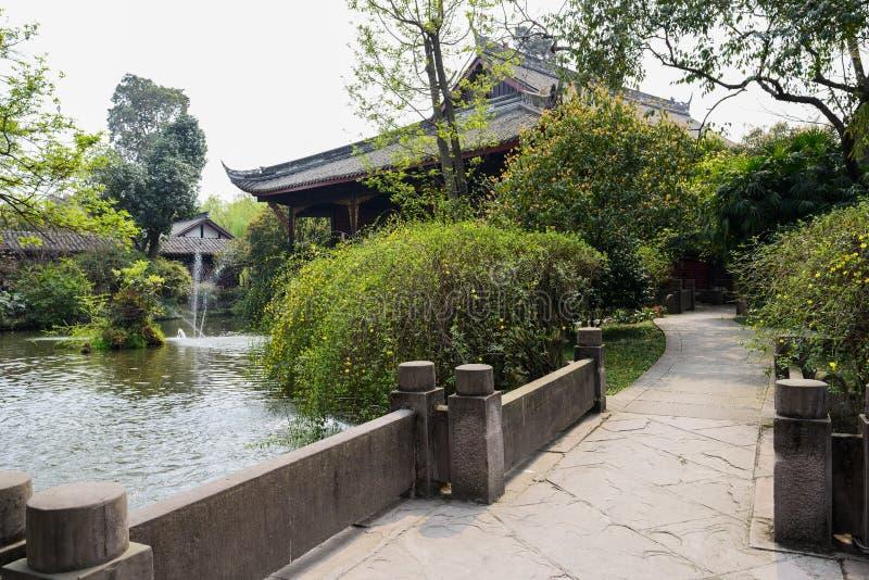 Bulstrade de pedra antigo pelo lago, China foto de stock